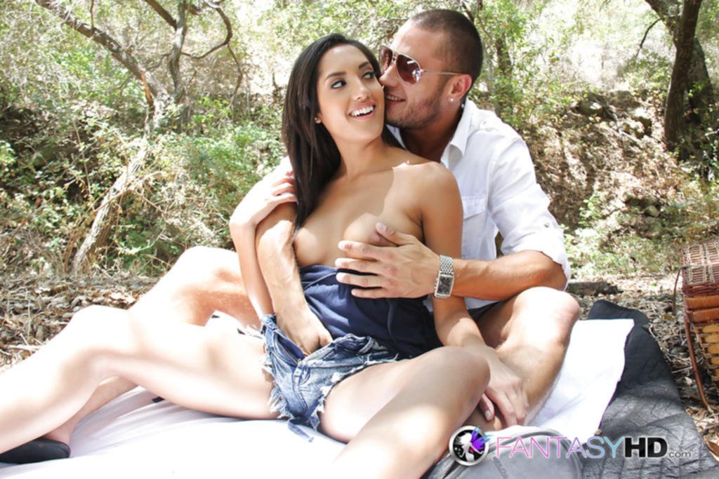 Молодая брюнетка трахается с парнем в лесу на пикнике - секс порно фото