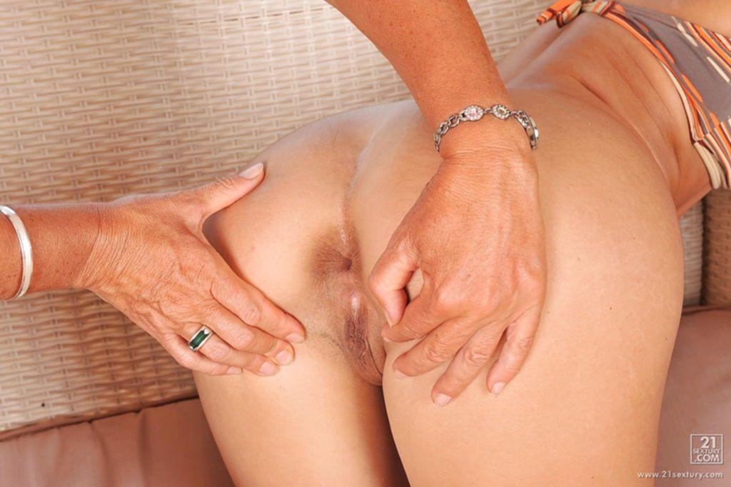 Старушка засунула страпон во влажную киску плоскогрудой лесбиянки - секс порно фото