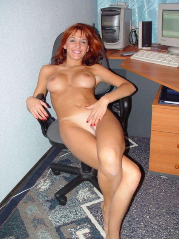 Грудастая телка с рыжими волосами светит попой и киской на стуле - секс порно фото