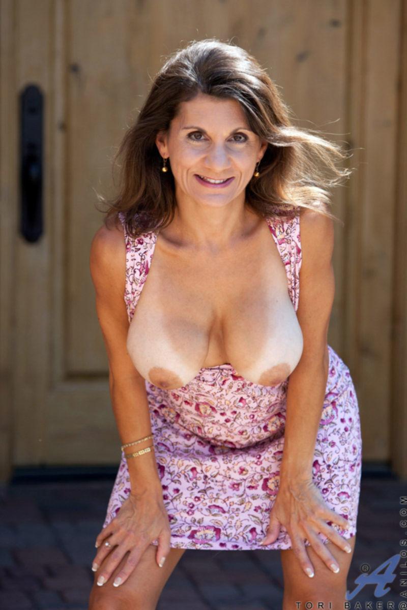 Зрелая Tori Baker светит сиськами и пилоткой у входа в дом - секс порно фото