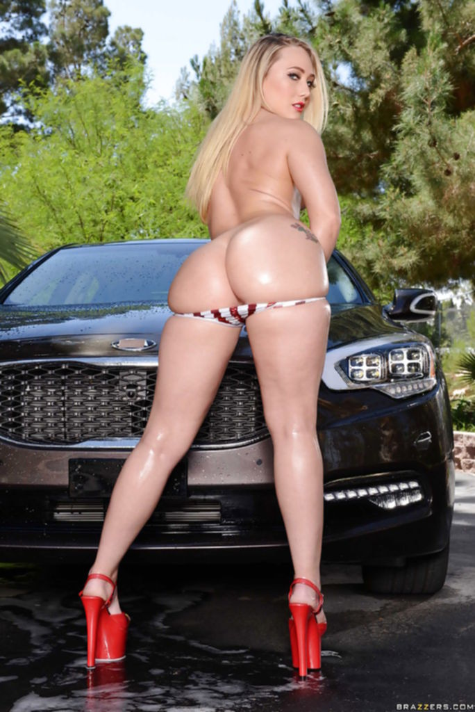 Блондинка с большой попой помыла авто и забралась на капот - секс порно фото