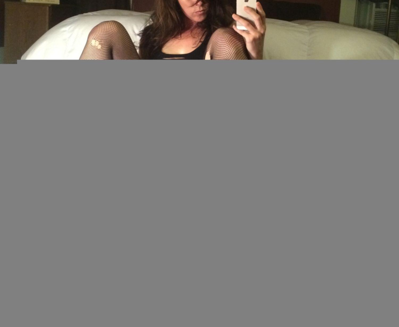 Спортивная деваха селфится дома голышом в порванных чулках - секс порно фото