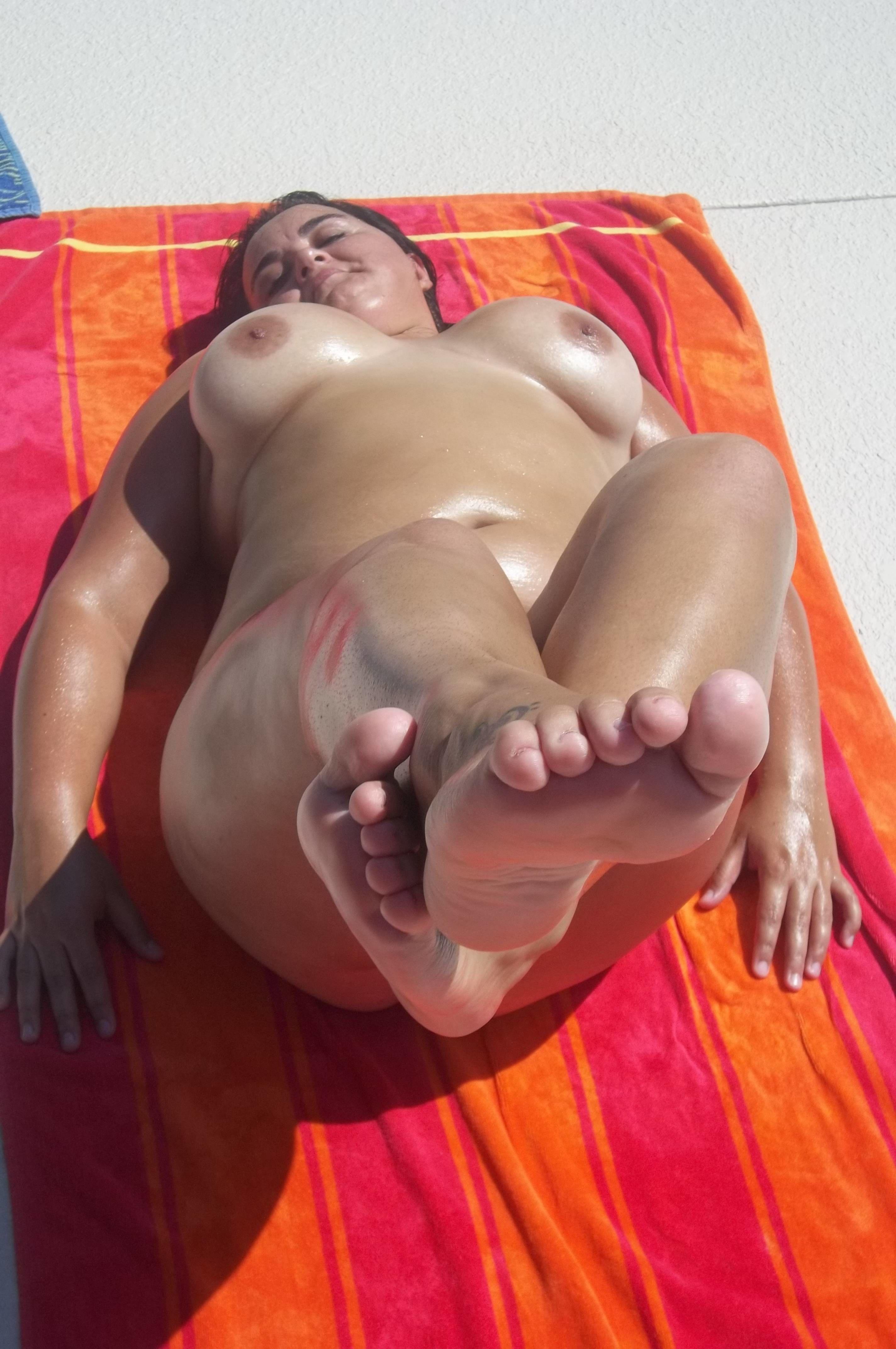 Голые толстушки дома и на свежем воздухе - секс порно фото