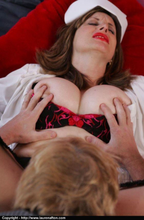 Зрелая медсестра обменивается оралом с пузатым мужиком - секс порно фото