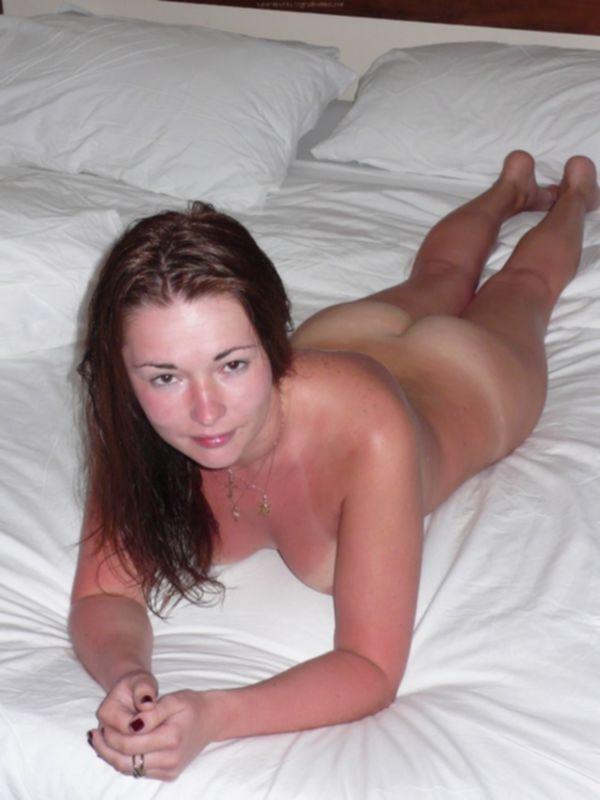 Русская девушка обгорела на пляже и парень снимает её голую - секс порно фото