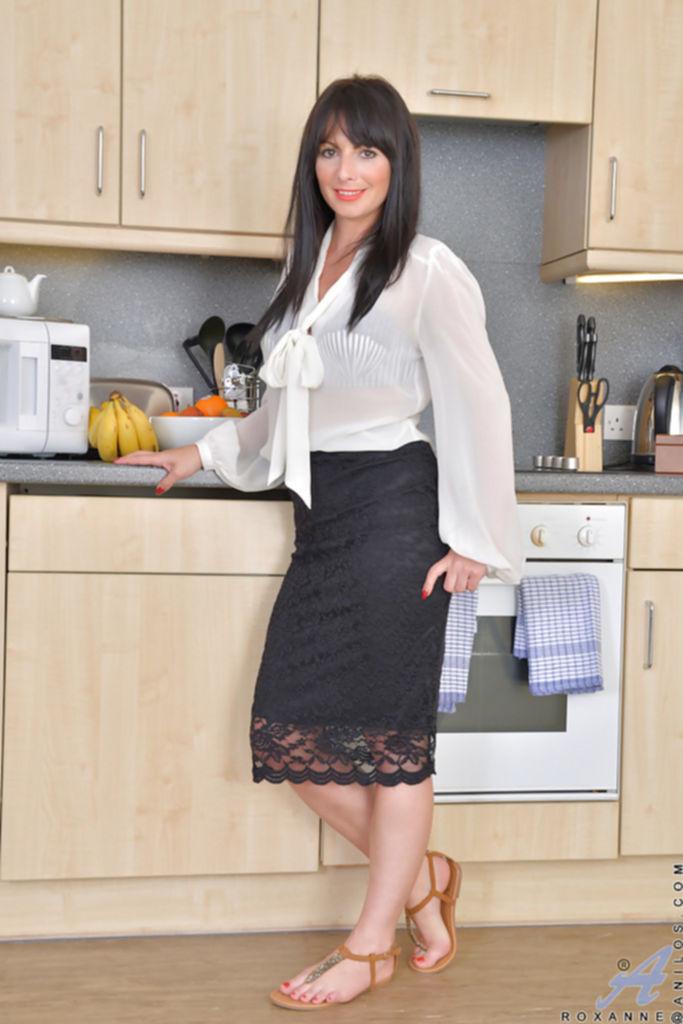 30летняя брюнетка разделась и засветила сочные дырки на кухне - секс порно фото