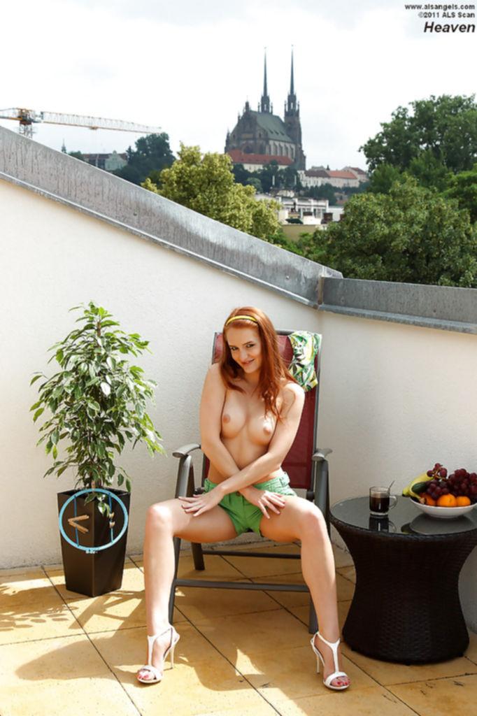 Рыжая девушка разделась и мастурбирует на балконе огурцом - секс порно фото