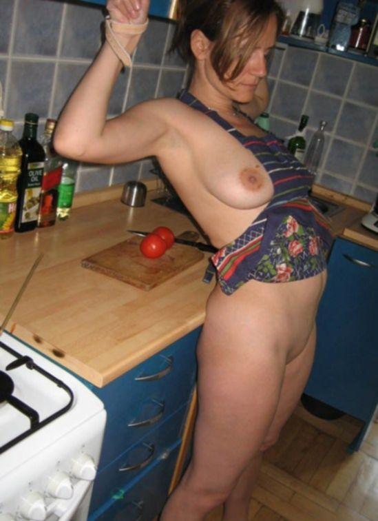 Мужик отодрал сисястую женушку возле плиты - секс порно фото