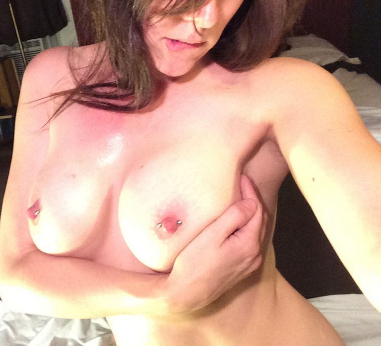 Облитая маслом спортсменка селфится на диване - секс порно фото