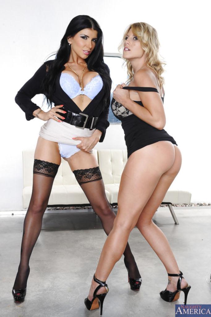 Блондинка с брюнеткой разделись и потерлись большими дойками - секс порно фото